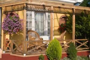 Eine-Terrasse-wertet-den-Garten-auf